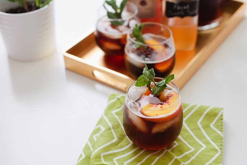 A Bourbon Peach Simple Syrup Iced Tea with Mint recipe from @TabithaBlue and @KraylFunch for a #freshevent with West Elm