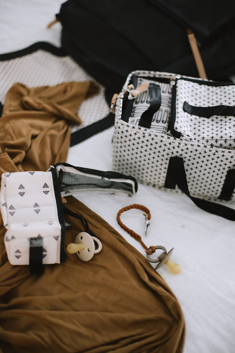 No-Fuss Hospital Bag Must-Haves You Need for Delivery and Recovery including diaper bag necessities for baby. What to pack in a delivery bag for mama. A go bag for dad. What to pack for a c section and what you DON'T need to pack in a hospital bag.