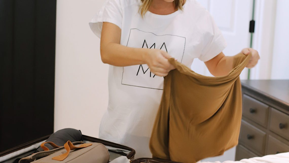 No-Fuss Hospital Bag Must-Haves You Need for Delivery and Recovery! What to pack in a delivery bag for mama. A go bag for dad. What to pack for a c section and what you DON'T need to pack in a hospital bag.