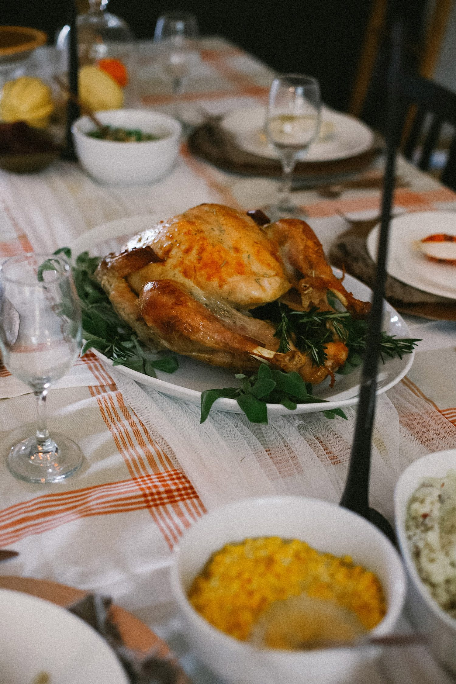5 Reasons Why We Buy Our Thanksgiving Dinner Online - And The Best One To Get! Thanksgiving Decor, how to create a simple cozy Thanksgiving table from Tabitha Blue of Fresh Mommy Blog